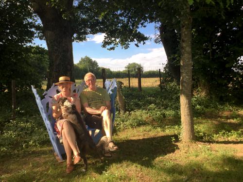 Jan en Marleen op het #blauwebankje bij het zwembad  La Grosse Talle