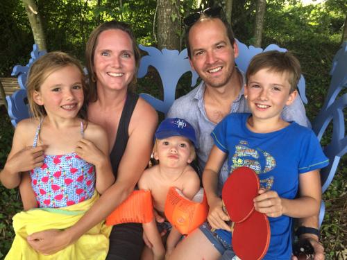 Eva en David met kinderen op het #blauwebankje