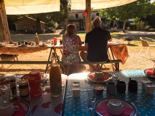 Ontbijt onder de hangar, met uitzicht op cour en La Talle
