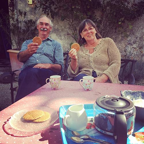 Nederlandse pelgrims op de koffie bij Nederlanders in Frankrijk